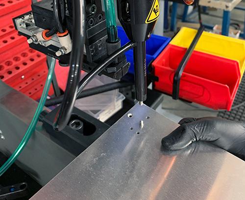 Die Platte befindet sich genau an der Maschine und der Einsatz wird automatisch in Position eingesetzt.