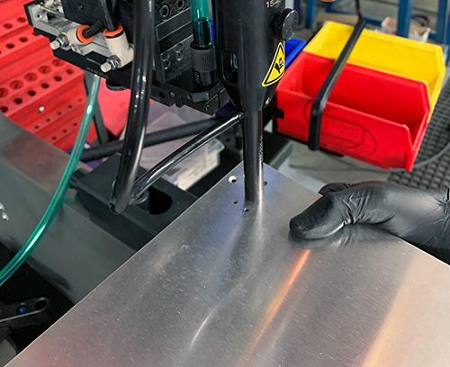 Der Einsatz wird dann von der Maschine in die Platte eingepreßt.