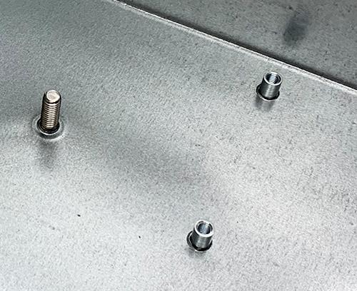 M4 Befestigungsbolzen mit bündigem Kopf (1x) + M3 Befestigungssäule mit geschlossenem Ende (2x) auf Platte montiert.