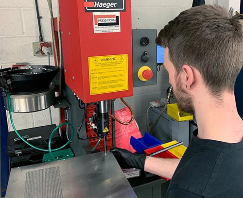 Unsere modernen automatisierten Kuvertiermaschinen sorgen für die genaue Passung der Gewindeeinsätze.
