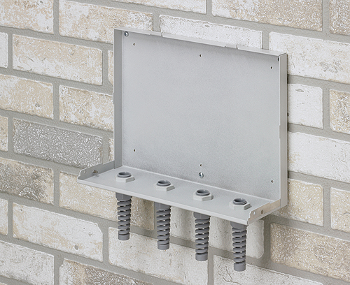 Die Rückwand in L-Form wird an der Wand befestigt